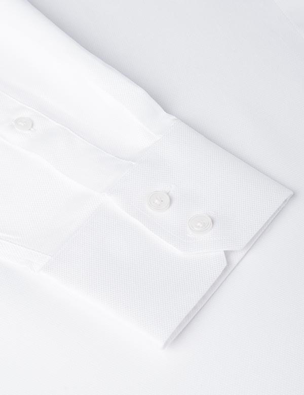 Hemden und Blusen mit Knopfmanschetten.
