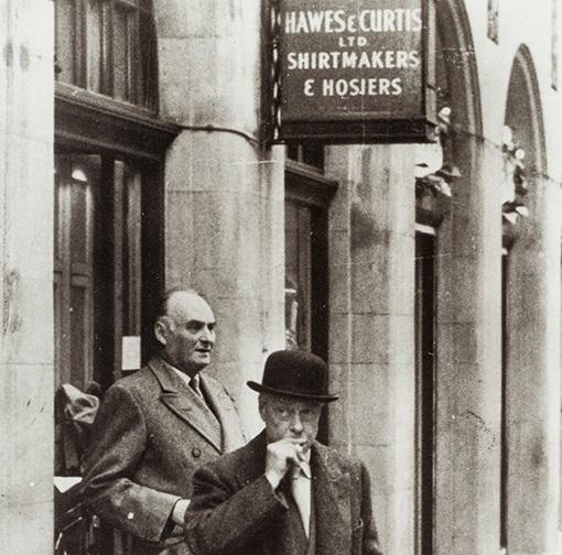 Lesen Sie mehr zur über 100-jährigen geschichte der britischen Traditionsmarke Marke Hawes & Curtis und Ihre Herkunft.