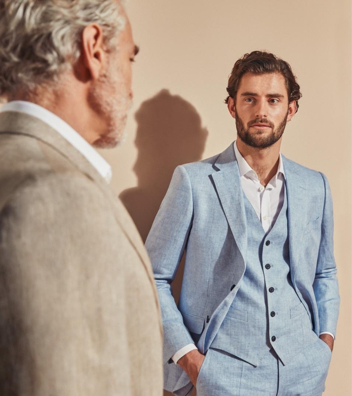 Modell mit Leinenanzug und Leinenweste in hellblau in Kombination mit weißem Leinenhemd.