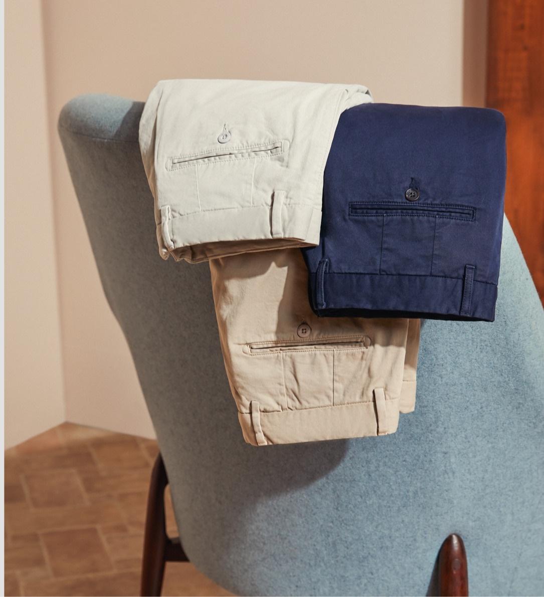 Smart Casual Outfit: Sakko, Hemd, Chino und Weekender Tasche. Nur bei Hawes & Curtis.