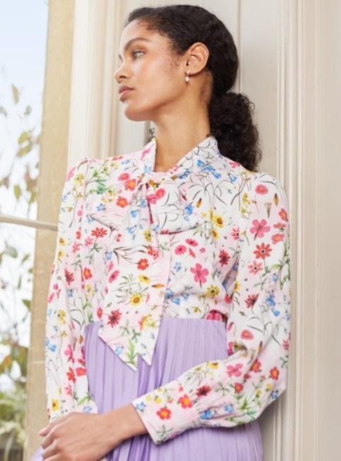 Blusen aus Baumwolle und Schluppenblusen aus Satin aus der Sommer Kollektion von Hawes & Curtis.
