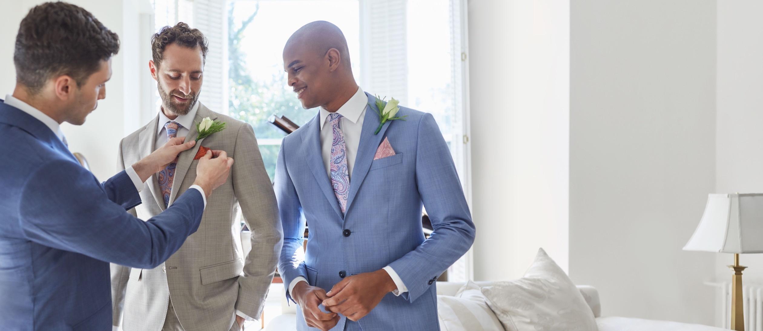 Hochzeitsanzüge aus Leinen und italienischen Stoffen von Hawes & Curtis.