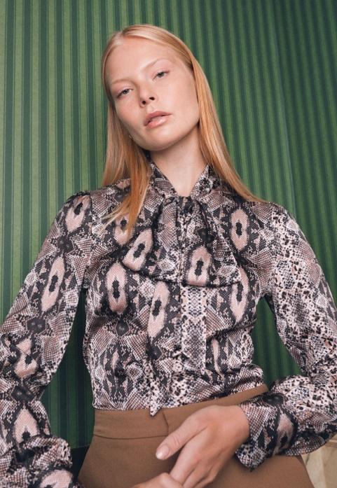 Schluppenbluse mit extravagantem Design online bestellen.
