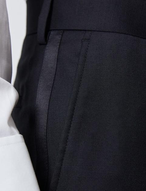 Smokinghosen trägt man in der Farbe der Smokingjacke oder in schwarz zum Samtsakko.