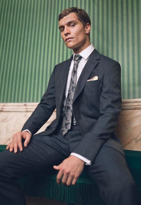 Dunkelgrauer Anzug aus der neuen Kollektion von Hawes & Curtis.