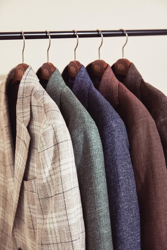 Sakkos aus Tweed, Leinen und Wolle von Hawes & Curtis.