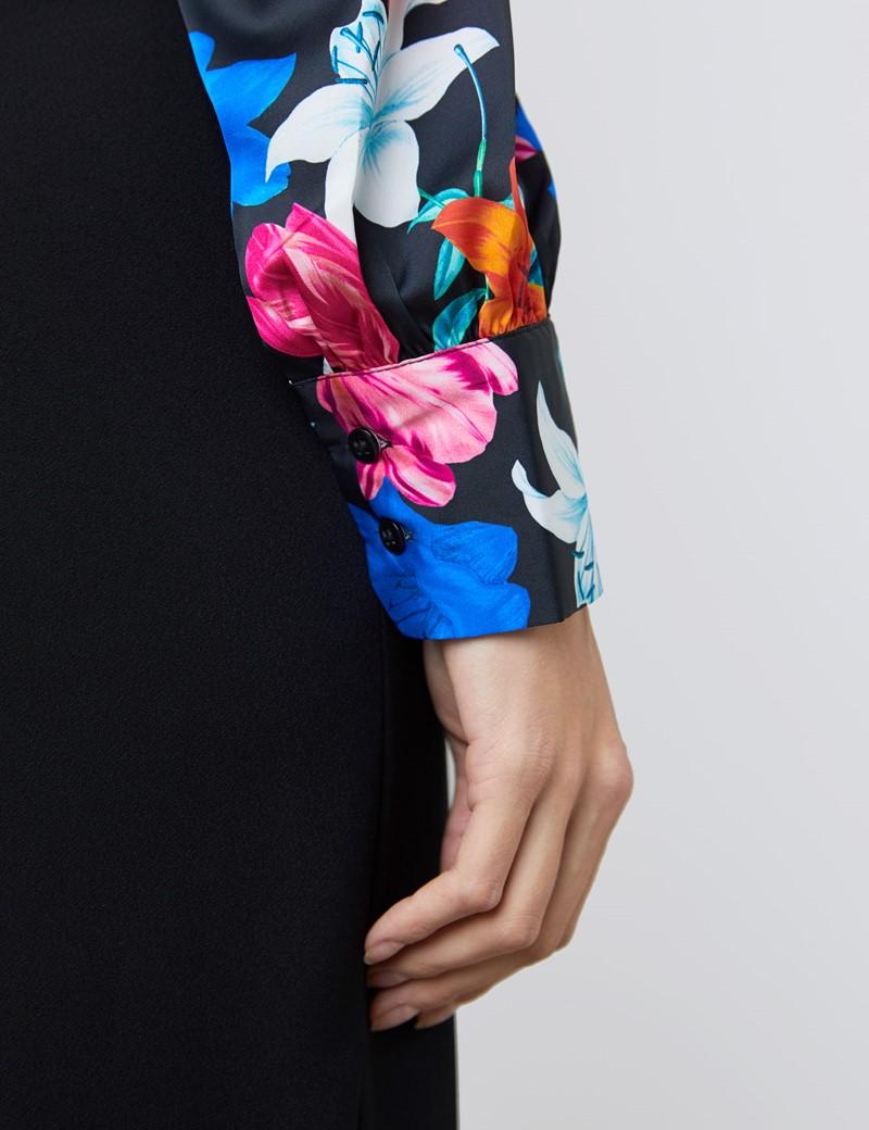 Schluppenbluse – Slim Fit – Satin – schwarz mit bunten Lilien