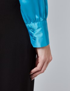 Schluppenbluse – Slim Fit – Satin – Eisblau